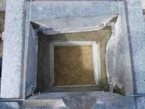 基礎ができたら四つ石を組みます