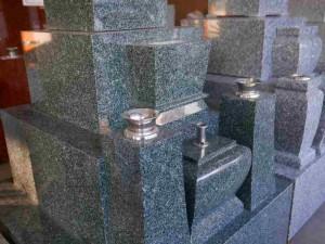 国内唯一の青緑系墓石