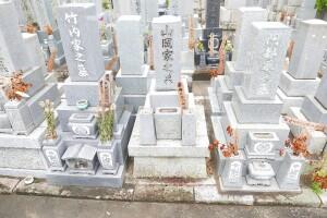 建直し前。古くなったお墓は解体・撤去させていただきました。