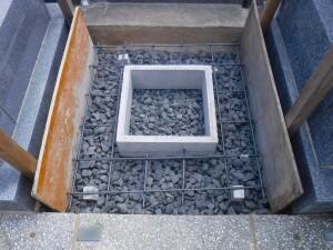 基礎工事の準備と納骨マスの設置